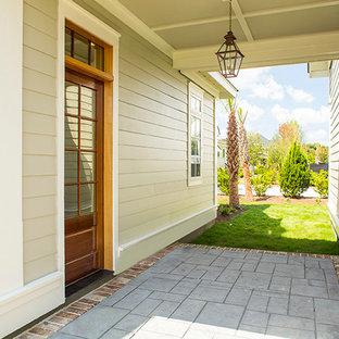 Foto di un patio o portico classico dietro casa con cemento stampato e un tetto a sbalzo