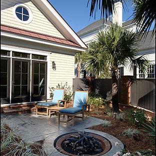 Foto di un patio o portico boho chic di medie dimensioni e dietro casa con un focolare, cemento stampato e nessuna copertura
