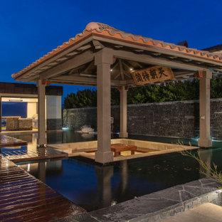 Esempio di un grande patio o portico etnico dietro casa con un gazebo o capanno