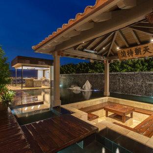 Idee per un grande patio o portico etnico dietro casa con un gazebo o capanno