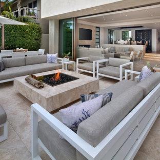 Idee per un patio o portico design con un focolare, graniglia di granito e nessuna copertura