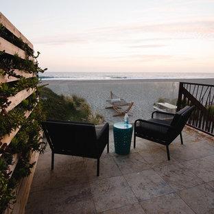 Idee per un ampio patio o portico minimalista dietro casa con pavimentazioni in pietra naturale e nessuna copertura