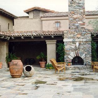 Foto di un grande patio o portico american style dietro casa con un focolare e nessuna copertura