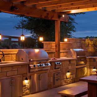 Esempio di un patio o portico country di medie dimensioni e dietro casa con lastre di cemento e una pergola