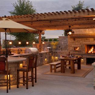 Idee per un patio o portico country di medie dimensioni e dietro casa con lastre di cemento e un gazebo o capanno
