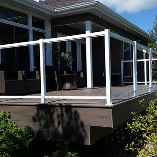 Ispirazione per un patio o portico stile americano di medie dimensioni e dietro casa con pedane e nessuna copertura