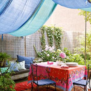 Diseño de patio ecléctico con toldo