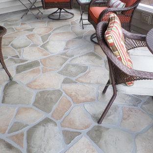 Ispirazione per un patio o portico tradizionale di medie dimensioni e dietro casa con nessuna copertura e cemento stampato
