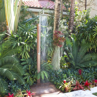 Foto di un patio o portico tropicale di medie dimensioni e dietro casa con pavimentazioni in cemento e nessuna copertura