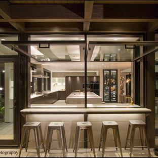 Ispirazione per un ampio patio o portico tradizionale dietro casa con un focolare, lastre di cemento e un parasole