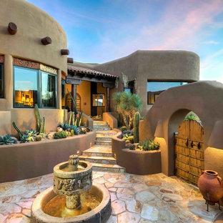 Esempio di un ampio patio o portico american style in cortile con fontane, pavimentazioni in pietra naturale e nessuna copertura