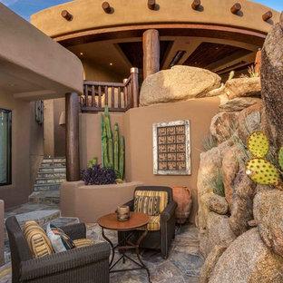 Cette photo montre une petite terrasse et balcon latérale sud-ouest américain avec des pavés en pierre naturelle.