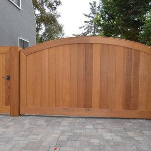 Foto di un patio o portico design di medie dimensioni e nel cortile laterale con pavimentazioni in mattoni e nessuna copertura