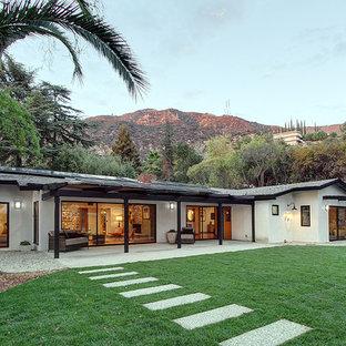 Ispirazione per un grande patio o portico moderno dietro casa con una pergola e graniglia di granito