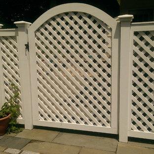 Ispirazione per un patio o portico classico di medie dimensioni e dietro casa con un giardino in vaso e nessuna copertura