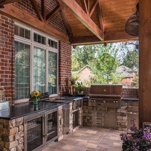 Идея дизайна: большой двор на заднем дворе в стиле рустика с летней кухней, навесом и покрытием из плитки