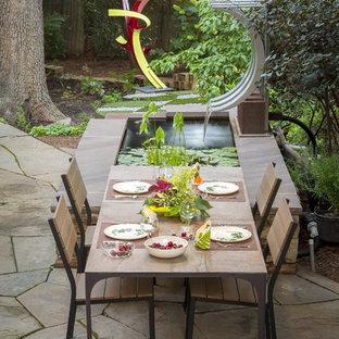 Imagen de patio contemporáneo, grande, en patio trasero, con fuente, adoquines de hormigón y pérgola