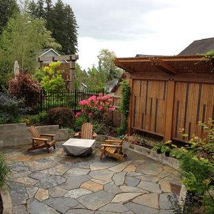 Foto di un patio o portico stile americano dietro casa e di medie dimensioni con pavimentazioni in pietra naturale