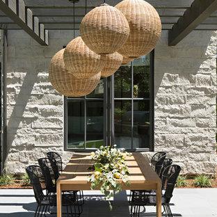 Idee per un patio o portico stile marinaro dietro casa con piastrelle e una pergola