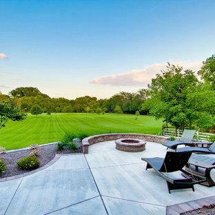 Foto di un patio o portico classico con lastre di cemento e nessuna copertura