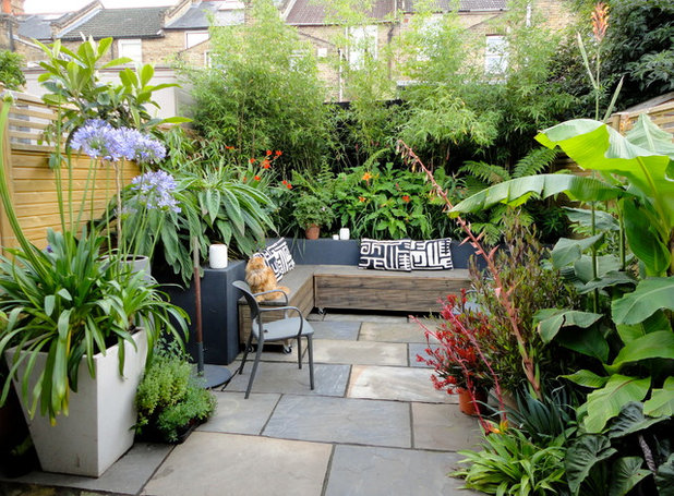 Contemporary Courtyard by C P Landscapes
