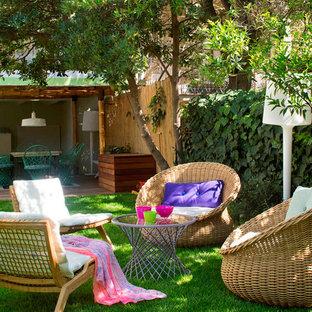 Idee per un grande patio o portico scandinavo dietro casa con un giardino in vaso e una pergola
