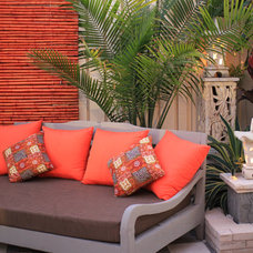 Asian Patio by C&J DESIGN AND BUILD