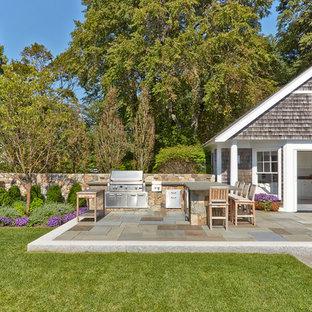 Mittelgroßer, Unbedeckter Klassischer Patio neben dem Haus mit Outdoor-Küche und Natursteinplatten in Boston