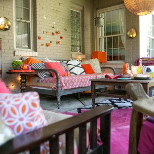 Immagine di un piccolo patio o portico boho chic dietro casa con lastre di cemento e un gazebo o capanno