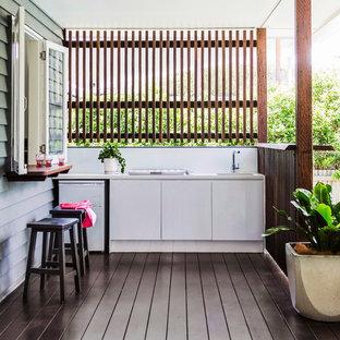 Свежая идея для дизайна: большой дворик на заднем дворе в современном стиле - отличное фото интерьера