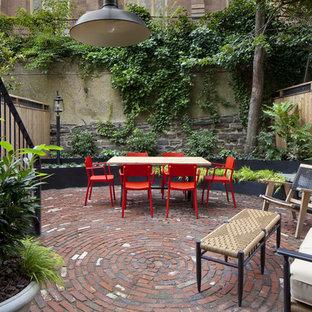 Foto di un piccolo patio o portico bohémian dietro casa con pavimentazioni in mattoni