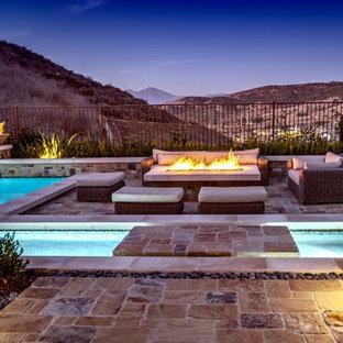 Ispirazione per un grande patio o portico boho chic dietro casa con un focolare e pavimentazioni in pietra naturale