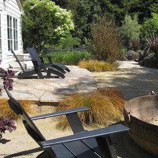 Idee per un grande patio o portico classico nel cortile laterale con graniglia di granito