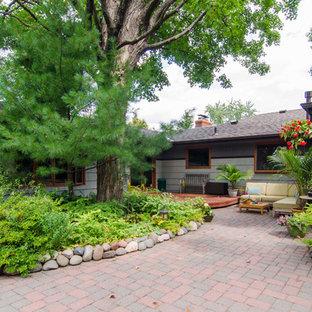 Esempio di un grande patio o portico etnico dietro casa con pavimentazioni in cemento e nessuna copertura