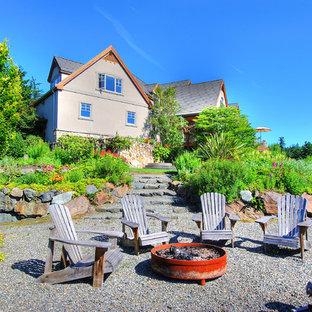 シアトルの大きいトラディショナルスタイルのおしゃれな裏庭のテラス (砂利舗装、ファイヤーピット、日よけなし) の写真