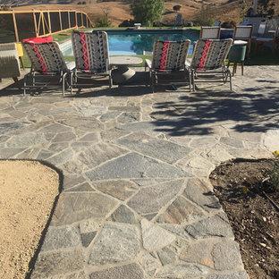 Idee per un ampio patio o portico country dietro casa con cemento stampato e nessuna copertura