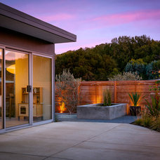 Midcentury Patio by building Lab, inc.