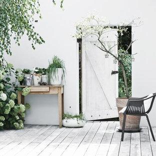 Idee per un patio o portico nordico di medie dimensioni e in cortile