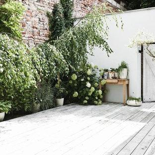 Esempio di un patio o portico nordico di medie dimensioni e in cortile
