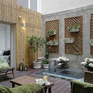 Modelo de patio ecléctico, en patio, con jardín de macetas y entablado