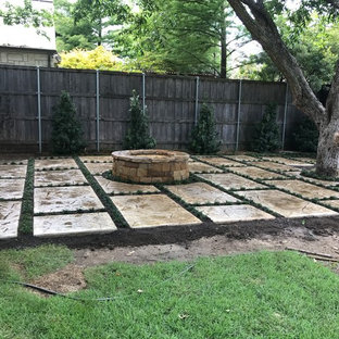 Foto di un ampio patio o portico eclettico dietro casa con un focolare