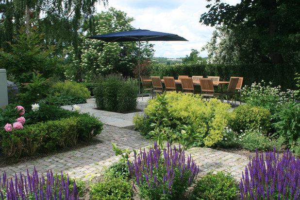 Contemporary Uteplats by Zetterman Garden Design AB