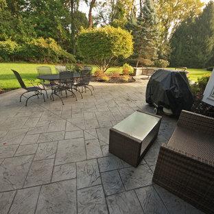 Ispirazione per un patio o portico moderno di medie dimensioni e dietro casa con cemento stampato