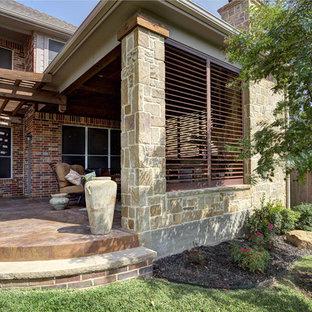 Idee per un patio o portico contemporaneo di medie dimensioni e dietro casa con cemento stampato e una pergola