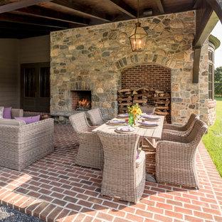 Imagen de patio clásico, pequeño, en patio lateral y anexo de casas, con adoquines de ladrillo y chimenea