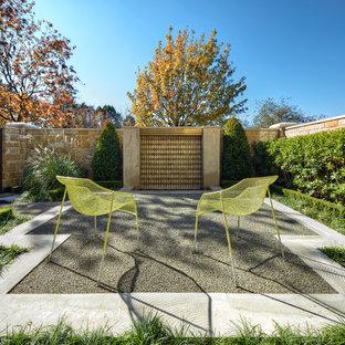 Immagine di un patio o portico tradizionale con ghiaia e fontane