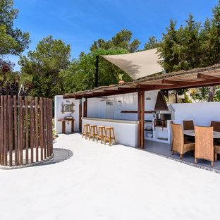 Ejemplo de patio mediterráneo con cocina exterior y cenador