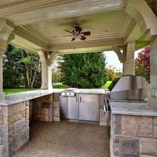 Foto di un grande patio o portico american style dietro casa con graniglia di granito e un gazebo o capanno