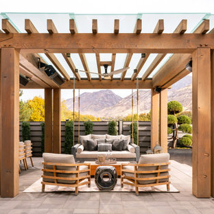 Diseño de patio campestre, extra grande, en patio trasero, con adoquines de hormigón, pérgola y cocina exterior