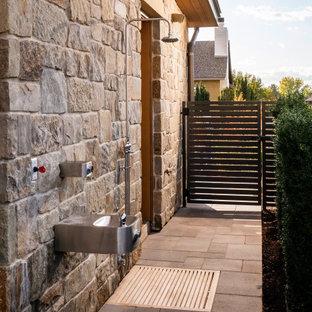 Idee per un ampio patio o portico country dietro casa con pavimentazioni in cemento e nessuna copertura